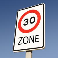 Zone 30 Schild vor blauem Himmel