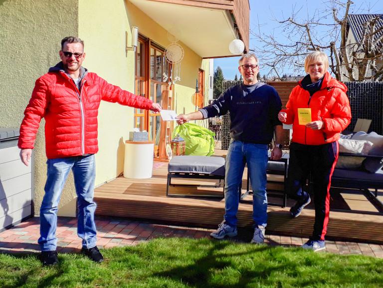 Adventskalender-2020: Die Glücklichen Gewinner Kerstin Krause-Zygmunt und Thomas Zygmunt empfangen von Bernd Müller einen Gutschein für die örtlichen Gewerbetreibenden!